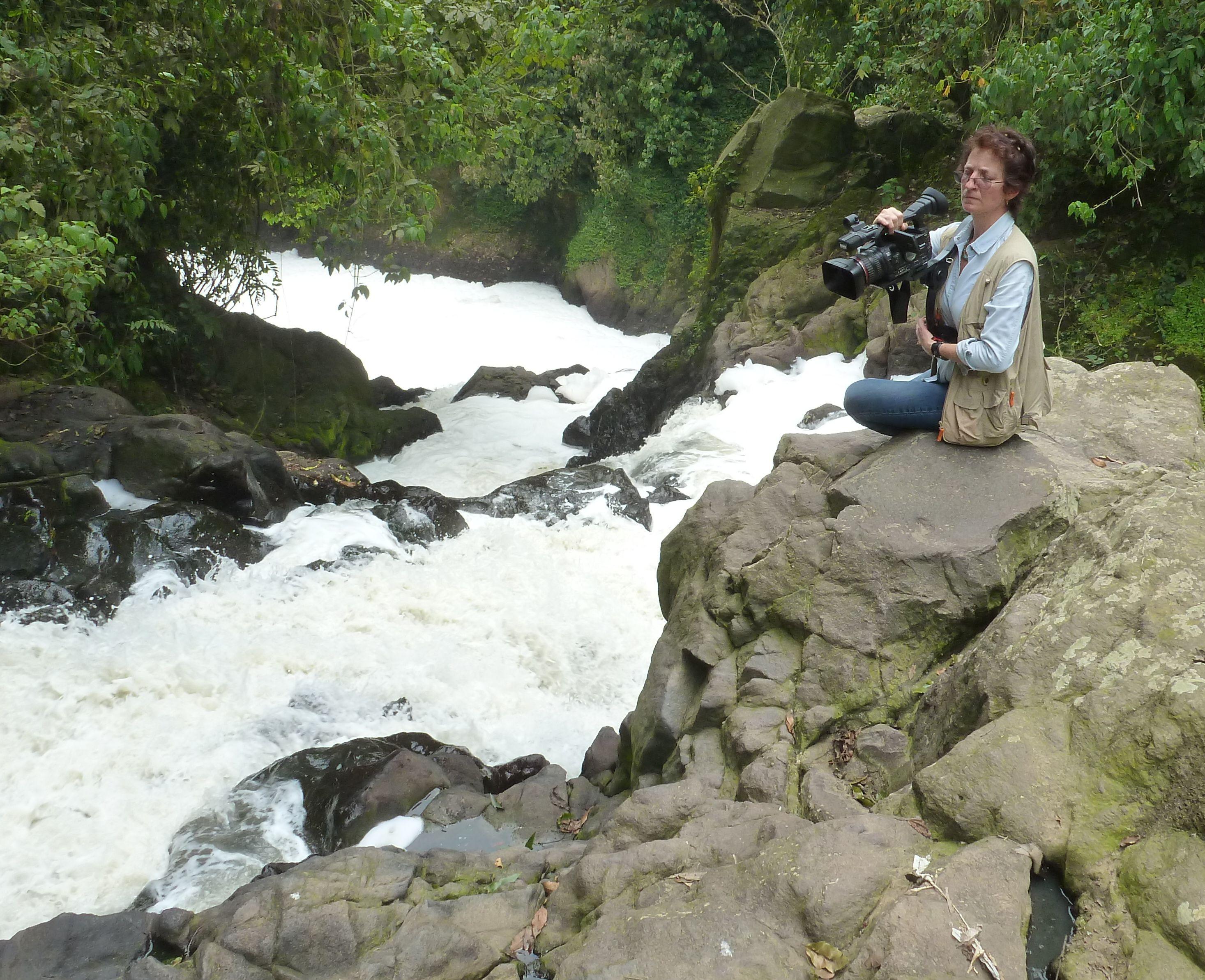 Espuma sobre el rio sordo, con Adela Rojo Filmando